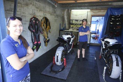 Kjører igjen: Renate Jensen og Sam Love er tilbake der de trives best, med motorsykkel på ACR. I helga er de tilbake på banen etter lengre avbrekk. Foto: Stian Forland