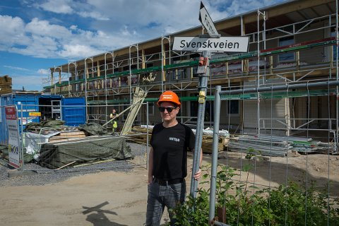 Styreleder i Comfort Building, Johannes Sandhei,utenfor det nye leilighetskomplekset i Svenskveien.