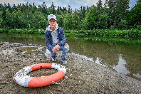 Kristoffer Berglund (15) reddet en fire år gammel gutt fra å drukne i Klokkerhagen, da han løftet ungen opp fra en meters dybde.