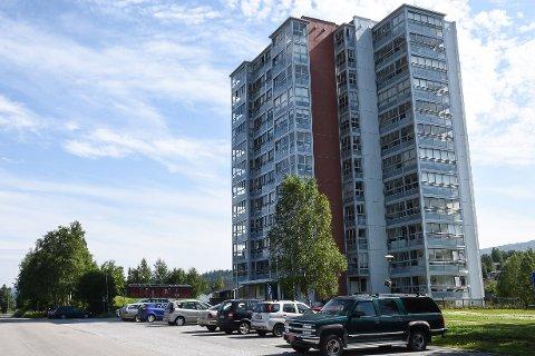 Først 20. august starter jobben med å renovere de vannskadde leilighetene i høyblokka i Fairbanksveien 14, som fikk skader etter enn vannlekkasje i midten av juni.