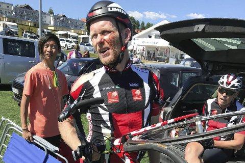 BLODIG: Bjørn Einar Nesengmo var både blodig og forslått etter den stygge velten i veteran-NM søndag. Heldigvis slapp han unna med en mørbanket kropp. Foto: Rita Nesengmo