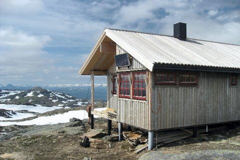 Den korteste turstien opp til Gråfjellhytta via Sjurfinnheimen er nå stengt av ei stor og frådende breelv. Hemnes turistforening vil nå hastebygge ei ny bru.