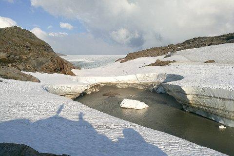Elva som renner i retning Gråfjellhytta fra Vestisen av Okstindbreen har plutselig blitt dobbelt så stor.