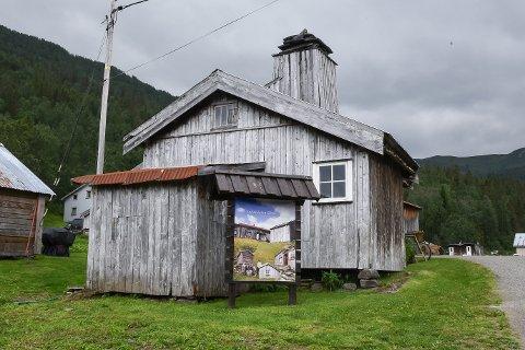 Turstien til Hemnes turistforening mot Gråfjellhytta starter ved Inderdalen gård i Brygfjelldalen.