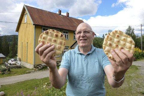 Bakst: Tre dager før festivalen startet, var over 6.000 kamkaker bakt og klare for salg. Olav Mastervik gleder seg til folkefesten 11. og 12. august. Foto: Arne Forbord