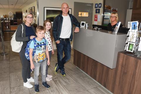 I sommer har det vært en suksess for Clarion Collection Hotel Helma å kun satse på individuelle feriegjester, og ikke turistbusser. For denne familien fra Stokmarknes har hotellet blitt et fast stoppested på tur sørover. - Vi trives her, sier Katrine Holten, Niklas Holten Pedersen (9), Otelie Holten Pedersen (11) og Stian Pedersen, mens de sjekker ut hos resepsjonist Berit Bakken Olsen.