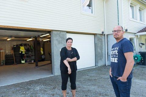 Tove Hansen og Tommy Forsbakk har hatt mange søvnløse netter og mye grubling på grunn av det dårlige arbeidet som ble utført på tilbyggdsdelen av huset deres.