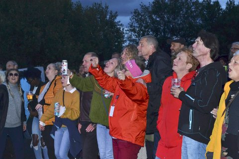 Stemning: Det var  god stemning fra første stund da Lars Bremnes kom på scenene, etterfulgt av Drunken Sailors, Mirada, Afrocam Sunz og DJ Bråk. Foto: Mathilde Ånes