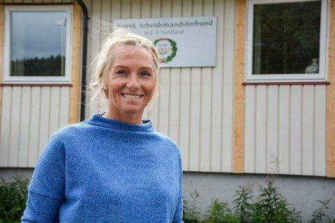 Ranja Leirvik Zahl utenfor kontorbygget på Gruben. Bildet er tatt i forbindelse med at Leirvik ble ansatt som distriktssekretær i 2018.