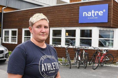 Nå tar Fellesforbundet Helgeland tak i oppsigelsen av industriarbeider Elisabeth Karlsen ved Natre Vinduer på Hemnesberget. De mener at oppsigelsen ikke har skjedd på en rett måte og krever forhandlinger.