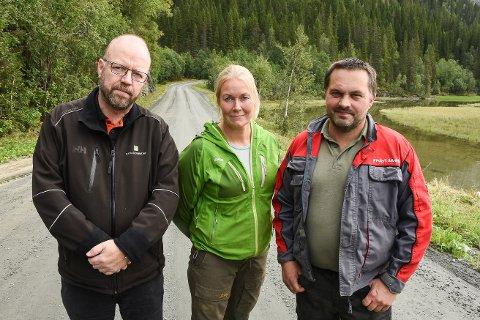 Oppfører Geir Waage kjemper for en opprusting av veien til Langvassgrenda, sånn at grusveien får asfaltdekke. Det liker bøndene Janne Leiråmo og Tor Ivan Johansen, som opplever at veiens dårlige standard er en hemsko for deres drift.
