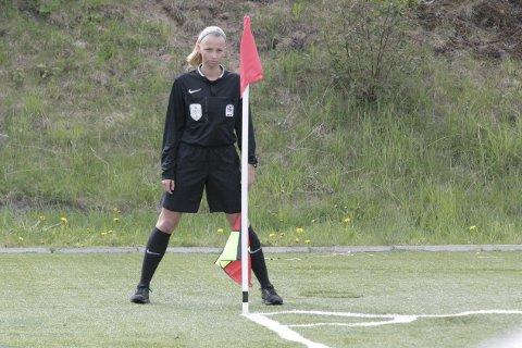 SOLID: Victoria Nilsen fra Gruben IL var en av 12 jenter som ble valgt ut til NFFs dommerskole under Norway Cup, og gjorde det så bra at hun fikk finaleoppdraget. Foto: Stian Forland