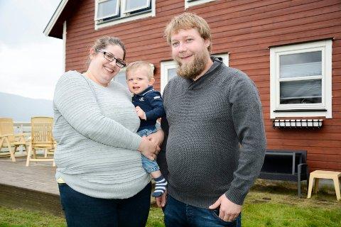Christian Lillegård, Kristine Yttervoll og Petter (1) har nettopp kjøpt seg hus i Åga. De har foreløpig valgt å ikke binde renta på boliglånene.