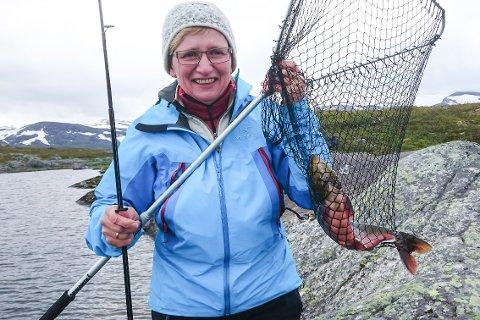 Bente Hjelseth sikret seg en fin fisk i Blereken, som er et av de beste områdene for ferskvannsfiske i Ranas fjellheim. Lørdag inviterer Rana Fiskerforening til familiedag ved Nye Blerekbu.