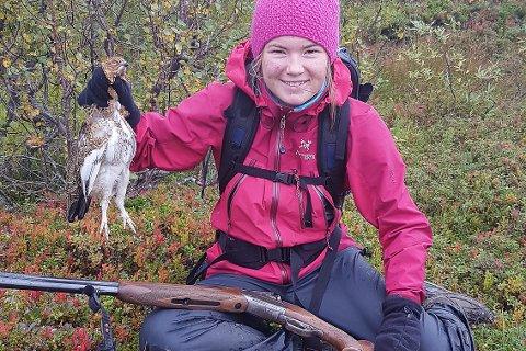 Rana-jenta Andrine Bjørkmo (17) viser fram rypefangsten på en vellykket jaktdag.