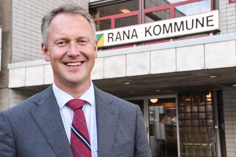 Rådmann Robert Pettersen i Rana kan koste på seg et smil som den nest best betalte rådmannen på Helgeland med ei årslønn på 1,2 millioner kroner.
