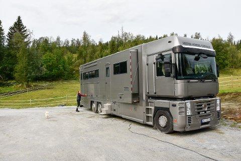 Sissel Bjørklund har skapt et paradis for hesteinteresserte på Stall Øyjord. Hestelastebil, hestetransport