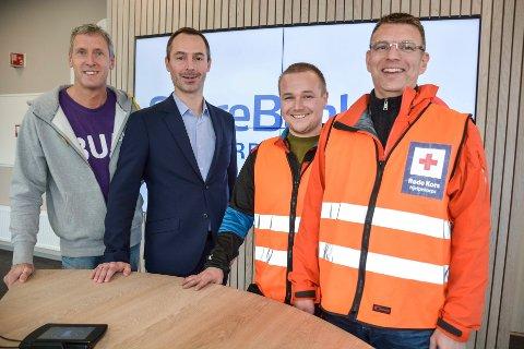 BUA og Rana Røde Kors var de første til å motta pengestøtte fra SpareBank1 Nord-Norges Samfunnsløftet. Wim Kok (f.v),  Tor Magne Aanonli, Andreas Pedersen og Ørjan Johansen.