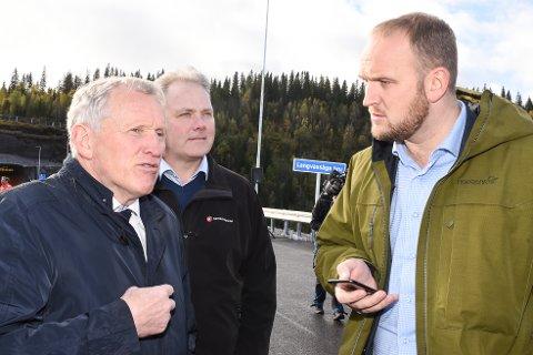 Samferdselsminister Jon Georg Dale og regionveisjef Torbjørn Naimak fra Statens vegvesen under åpning av en ny strekning på E6 Helgeland Nord.