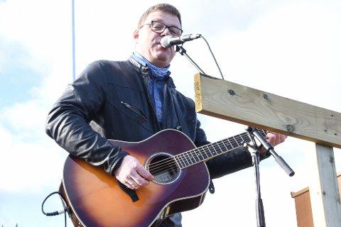 Visesanger Øyvind Brattland planlegger en skikkelig musikalsk hyllest til E6 gjennom Dunderlandsdalen