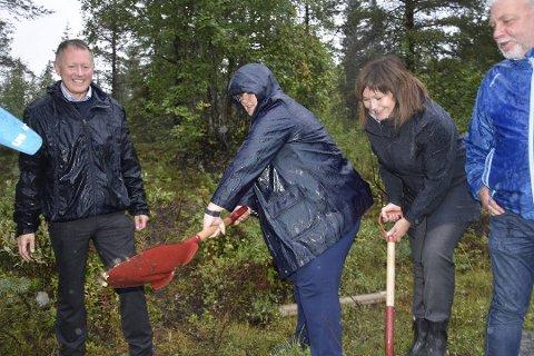 Statsminister Erna Solber tok et symbolsk spadetak for den nye flyplassen. Her er hun sammen med Henrik Johansen, Anita Sollie og Kai Henriksen.