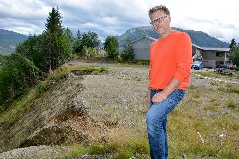 Kjetil Brendmo ved raskanten på tomta der han bor i Korgen.