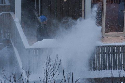 Snøfallet de siste dagene har ført til at folk måtte brøyte både gårdsplasser og plattinger rundt husene sine.
