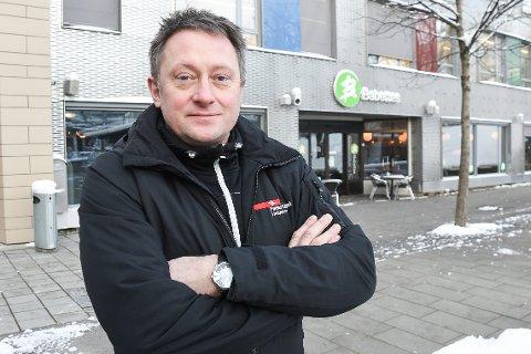 Leder Tommy Rannov Nystad i Fellesforbundet Helgeland kjemper for å få ut feriepenger fra Babettes Rana til et kokkepar fra et EU-land. Få dager før det ble åpnet konkurs i selskapet, leverte de en stevning til forliksrådet. Han synes det er merkelig at verdiene i Babettes Rana ble flyttet til et annet selskap i god tid før konkursen. Nå setter han sin litt til lønnsgarantifondet.