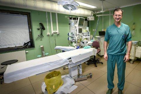 – Å operere folk der det finnes logistikk til å gjøre det, er framtida, sier overlege ved ortopedisk avdeling i Finnmarkssykehuset, Houman Charani.