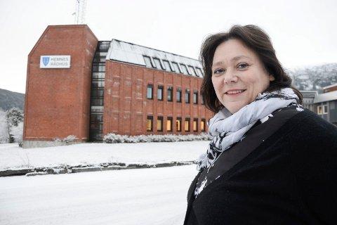 Ordfører i Hemnes kommune, Christine Trones (H) foran rådhuset som ressursgruppa i sin foreløpige rapport, har lagt til grunn for beregning av transporttider, og som utkastet til høringsuttalelse påpeker ikke gir et rett bilde når det gjelder Hemnes.