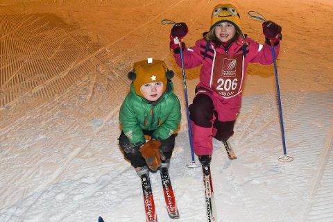 Mie Einmo Hermansen (7) og søskenbarnet Dennis Einmo (3) måtte vente helt til i dag for å gå rennet som skulle vært arrangert 29. januar.