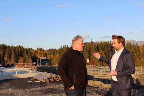 Lokal Frp-leder Bjørn Larsen og statssekretær Allan Ellingsen (Frp) ser på området ved Herringen-krysset, som snart kan få to bomstasjoner i nærheten av hverandre.