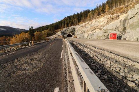 TO VEIER: Nyveien nær Aspneset blir ikke åpnet før tidligst forsommeren 2020. Vi ser den nye veien t.h., inkludert et tunnelinnslag, og dagens E6 t.v.