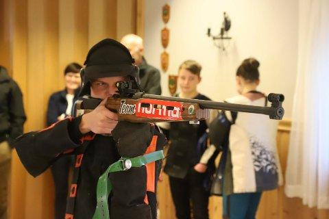 Junioren Mats Hjartland var en av mange ungdommer som fikk instruksjoner fra skytterkongen Daniel Sørli på helgas samling.