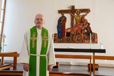 Allehelgensdag er for mange en viktig minnedag, hvor de kan gå på graven og tenne et lys. Nå holder kirkene i Rana åpent, sier prest Martin Kildal.