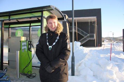 """Ordfører Harald Lie åpnet ladestasjonen ved Fjellfolkets hus den 9. februar i 2017. Natt til tirsdag ble hele """"pumpa"""" stjålet."""