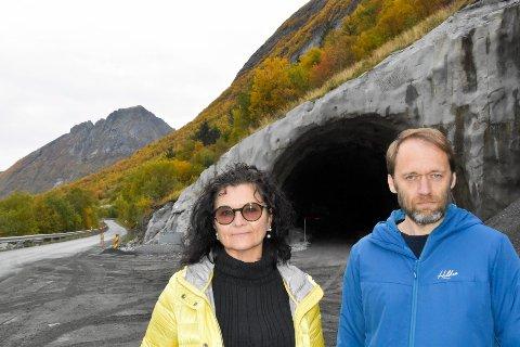 Marianne Østrem Aasvik og Vaidotas Suveizdis er kolleger. Begge bor i Aldersundet og pendler gjennom det rasutsatte området under Liatinden, for å komme på jobb. De liker ikke at åpningen av veien er forsinket med over ett år.  - Det ble ikke som lovet. Vi gledet oss til tunnel og sikker vei i år, sier de to.