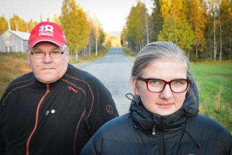 De dagene Tina Mari Husnes Larsen må gå hjem, bruker hun en time og et kvarter. Her sammen med pappa Frits Larsen som allerede har kjørt den eldste datteren hjem fra skolen gjennom to år.