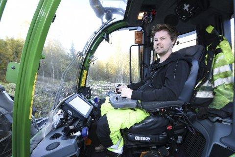 Hogger Raskt: Ronny Brennbakk (28) fra Hattfjelldal er en moderne skogsarbeider, som effektivt hogger mange trær i timen. – Jeg kunne ikke tenkt meg et annet yrke enn dette.- Å være skogsarbeider gir stor frihet, sier han.
