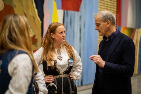 Aps leder Jonas Gahr Støre var blant de mange som tok seg tid til å snakke med representanter for Nesna-folket tirsdag. Her sammen med Catrine Hole fra Folkeaksjonen for høyere utdanning på Helgeland.