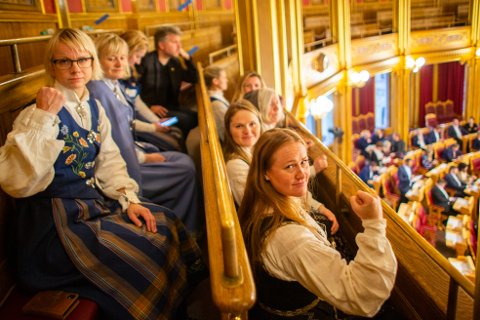 Representanter fra Nesna med blant annet ordfører Hanne Davidsen og Catrine Hole i Folkeaksjonen for høyere utdanning på Helgeland, Catrine Hole, var samlet på tilhørerplass i Stortinget.