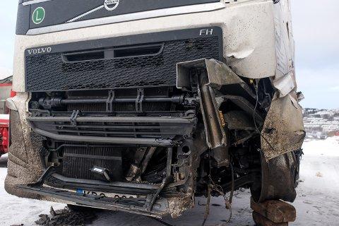Deler av autovernet der vogntoget krasjet står inne under førerhuset på lastebilen.