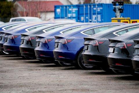 FALL: Diverse Tesla-modeller ved utleveringssenteret på Lillestrøm. Merket trekker opp salget av elbiler. Foto: Fredrik Hagen / NTB scanpix