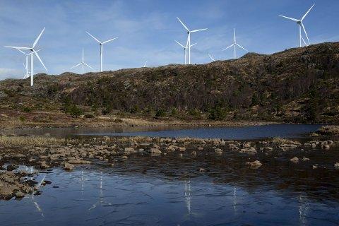 Kommunene må få en større del av inntektene fra vindkraftproduksjonen, mener Energi Norge og El og IT Forbundet. Her fra Midtfjellet vindpark i Fitjar kommune i Hordaland.  Foto: Jan Kåre Ness / NTB scanpix