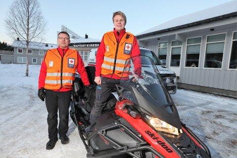 – Denne scooteren er i praksis en ambulanse utenfor vei, sier administrativ leder Ørjan Johansen og hjelpekorpsleder Ole-Kristian Kaspersen i Rana Røde Kors.