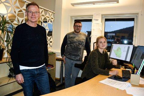 NYE FJES: Senest i desember 2019 oppbemannet Stein Hamre (t.v.), da blant andre Ingrid Stenersen Bjørklid ble ansatt som arealplanlegger. I midten: Åsmund Rajala Strømnes. Snart får de nye kolleger på Mo-kontoret.