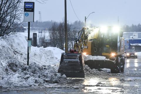 Brøytemannskaper fra kommunen sørger for at bussholdeplassen i Ranenget kan benyttes og ikke står under vann.
