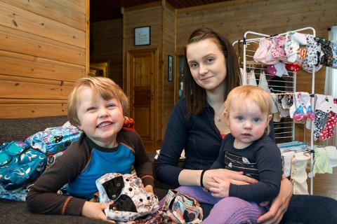 Mathea (1), Theodor (3) og mamma Silje Iversen er blant de 26.315 ranværingene i kommunen i 2019.