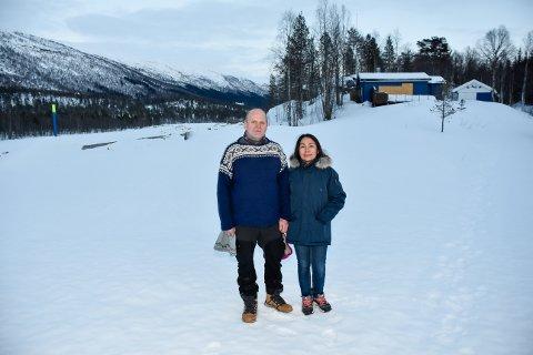 – Jeg blir mer og mer lei meg. Området er ødelagt, innsynet og alt, det er så sårt. I dag står hytta i ei veiskjæring og er ikke salgbar en gang. Det er ikke bare litt sorg, det er en tragedie, sier hytteeier Trond Jensen og kona Paranee Jensen.