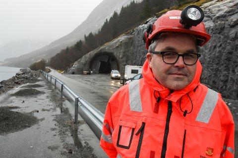 - Ekstraarbeidene etter raset i september 2018 er en av årsakene til at vi ikke makter å åpne den nye veien gjennom Liatinden som planlagt til høsten, sier byggeleder Thor-Ole Stensøy i Statens vegvesen.